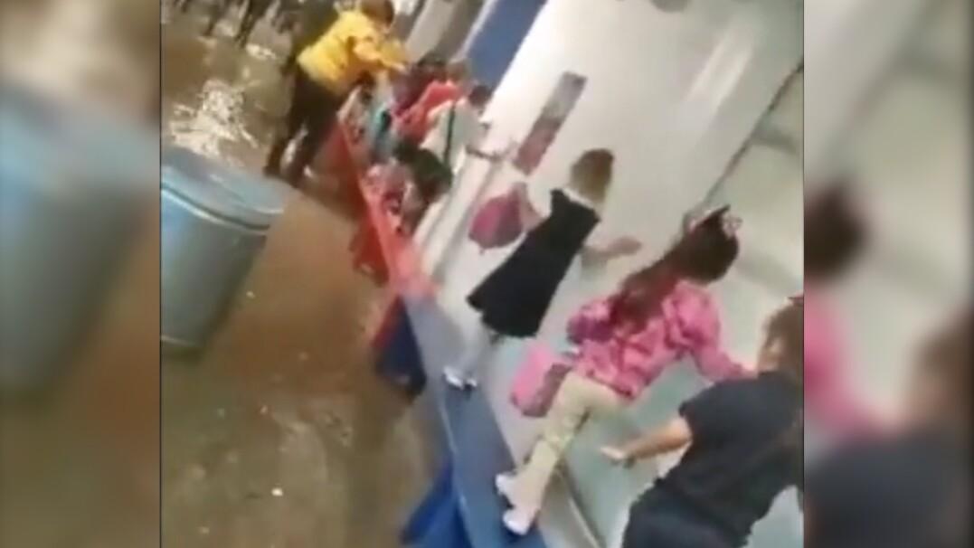 Nauczyciel zbudował dzieciom most z ławek, by przeszły bezpiecznie do sali