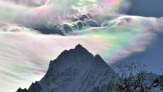 Wyjątkowe zjawisko nad himalajskim szczytem: chmura, która wygląda jak masa perłowa