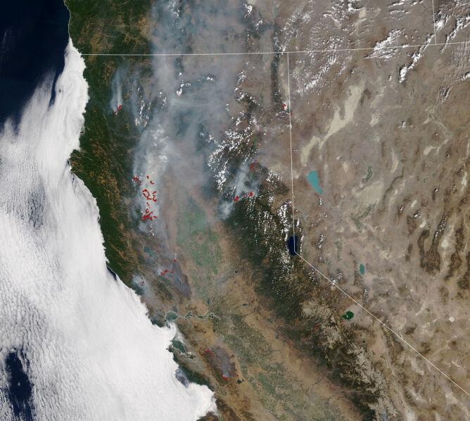 Pożary w Kalifornii na zdjęciu satelitarnym z 26 sierpnia (NASA Earth Observatory)