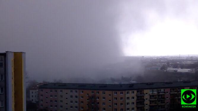 Chmura burzowa sunęła po dachach Lublina, na północy Polski błyskało