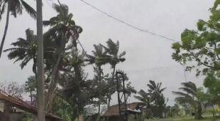 Silny wiatr po uderzeniu cyklonu Amphan